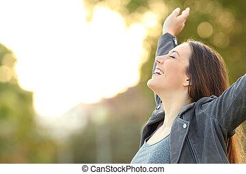 lélegzés, liget, fegyver, levegő, friss, hölgy, emelés, boldog