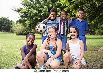 labda, csoport, multiethnic, hím, futball, barátok, boldog