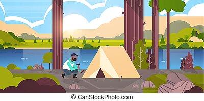 lakás, fogalom, kempingezés, természetjárás, hegyek, folyó, természet, kempingező, beiktató, kiránduló, hosszúság, tele, napkelte, háttér, african american, horizontális, ember, előkészítő, táj, sátor
