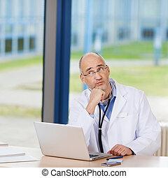 laptop, íróasztal, figyelmes, orvos