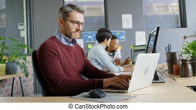 laptop, figyelmes, hím, használ, végrehajtó, 4k, hivatal