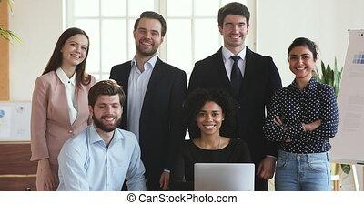 laptop, multiethnic, hivatal, feltevő, mosolygós, ügy emberek, csoport