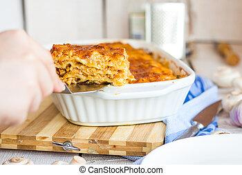 lasagna, megetetett, tányér, hús, kéz, fehér