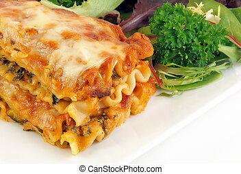 lasagna, saláta