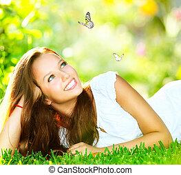 leány, beauty., fű, külső, fekvő, zöld, eredet, gyönyörű