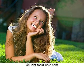leány, field., boldogság, fekvő, gyönyörű
