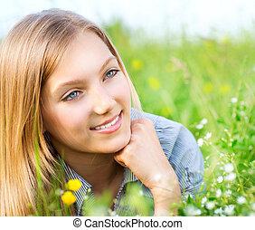 leány, kaszáló, menstruáció, fű, fekvő, zöld, gyönyörű