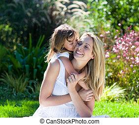 leány, kevés, csókolózás, neki, anya, liget