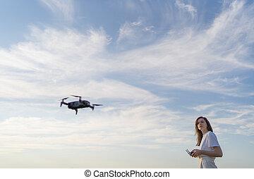 levegő, lát, quadcopter, női, henyél, pilóta, vezérmű, drone., menekülés, nő, hovered