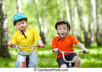 liget, boldog, bicikli, zöld, gyerekek