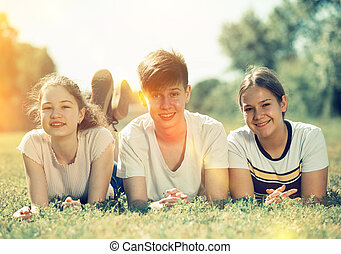 liget, portré, fekvő, tizenéves, fű