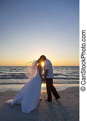 lovász, menyasszony, házasság, esküvő, naplemente tengerpart, csókolózás