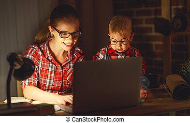 mögött, dolgozó, számítógép, nő, csecsemő, otthon, anya