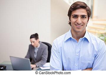 mögött, neki, laptop, kolléga, mosolygós, üzletember, őt