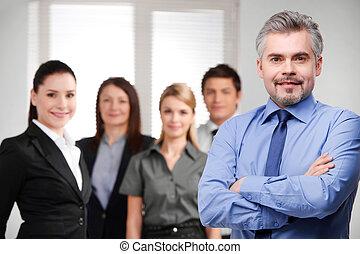 magabiztos, arms., ügy, üzletember, keresztbe tett, háttér, felnőtt, sikeres, befog, mosolygós, látszó, elhomályosít