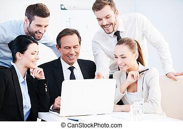 magabiztos, emberek, valami, discussion., ügy, fejteget, ül együtt, asztal, csoport, formalwear, látszó, laptop, időz