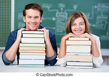 maradék, diákok, előjegyez, áll, íróasztal, kazal