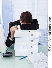 maradék, fej, fűzőgépkapocs, íróasztal, hangoztat businessman