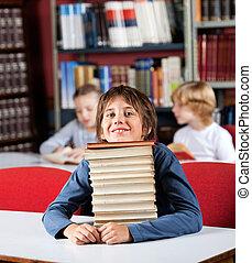 maradék, könyvtár, előjegyez, áll, asztal, kazal, iskolásfiú