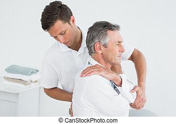 megvizsgál, hím, hátgerincmasszázzsal gyógyító, megfontolt bábu