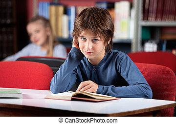 megzavarodott, library előjegyez, portré, felolvasás, iskolásfiú