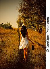 mezítláb, cipők, kéz, field., leány, ruha, fehér, hátsó kilátás