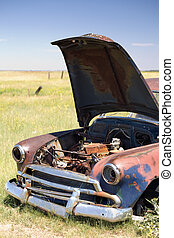 mező, elhagyott autó