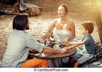 mindenfelé, család, ülés, el van ragadtatva, együtt, csendes, asztal