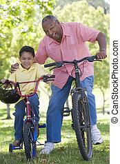 mosolygós, bringák, szabadban, fiúunoka, nagyapa
