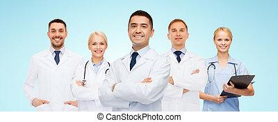 mosolygós, csipeszes írótábla, csoport, orvosok