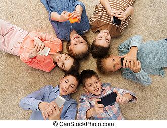mosolygós, emelet, karika, gyerekek, fekvő, boldog