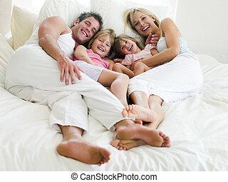 mosolygós, fekvő, ágy, család