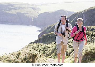 mosolygós, gyalogló, párosít, cliffside, szabadban