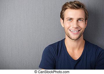 mosolygós, jelentékeny, fiatalember