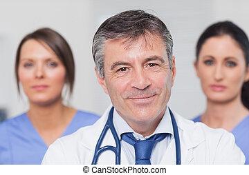 mosolygós, orvos, betegápolók, két