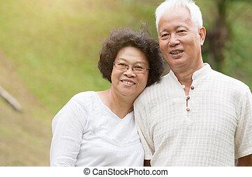 mosolygós, párosít, outdoor., öregedő, ázsiai