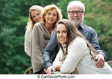 mosolyog vidám, család, együtt, szabadban