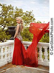 nézet., nő, feltevő, repülés, mód, szerkezet, erkély, fiatal, női, kaukázusi, liget, hullámzás, nagyszerű, piros ruha, gyönyörű