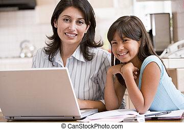 nő, aktagyártás, laptop, fiatal, smilin, leány, konyha