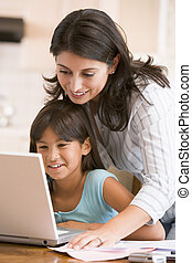 nő, aktagyártás, laptop, young lány mosolyog, konyha