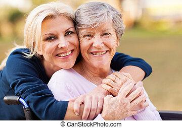 nő, anya, meghibásodott, középső, átkarolás, idősebb ember, idős