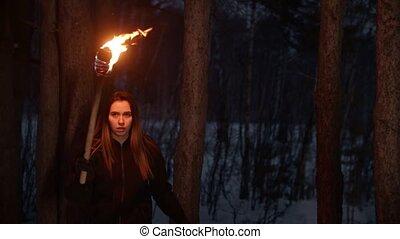 nő, fáklya, gyalogló, éjszaka, elveszett, fiatal, felgyújtott, erdő