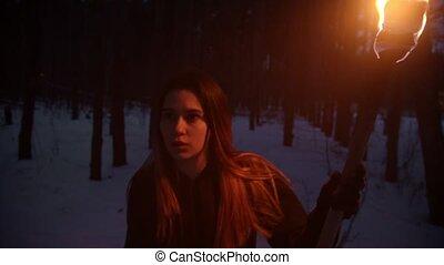 nő, fáklya, gyalogló, éjszaka, elveszett, fiatal, megrémült, erdő