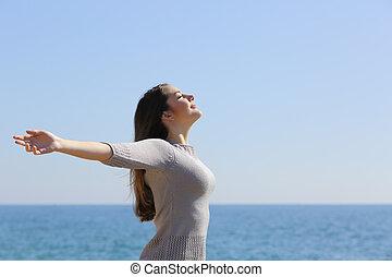 nő, fegyver, mély, levegő, lélegzés, friss, tengerpart, emelés, boldog