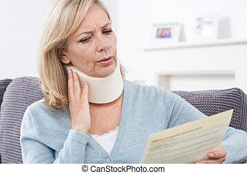 nő, felfogó, érett, után, olvas levél, kár, nyak