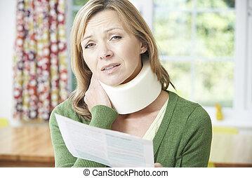 nő, felfogó, nyak, után, olvas levél, kár