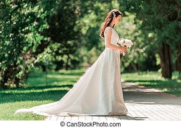 nő, fiatal, esküvő, álló, park., ruha, gyönyörű