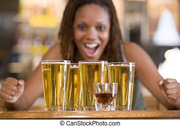 nő, fiatal, sörök, izgatottan, kerek, bámuló
