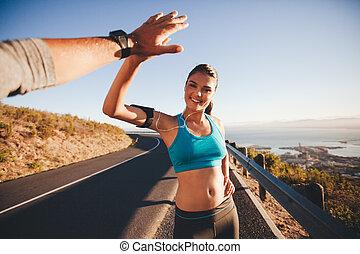 nő, futás, egészséges, neki, után, fiatal, fiving, magas, barát