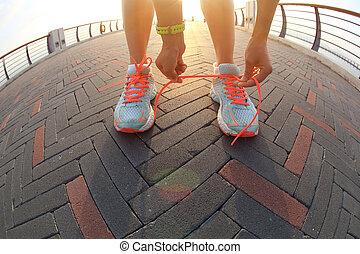 nő, futó, fiatal, cipőfűző, külső, összekötés